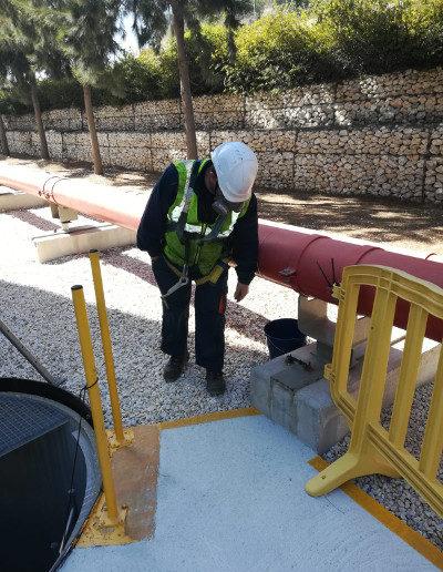 Operario relazando una inspección de unas instalaciones